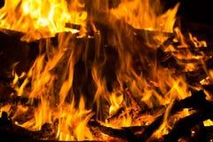 Grand feu de camp chaud photos stock