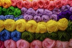 Grand fil coloré dans le magasin Fils colorés pour la broderie photo stock
