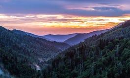 Grand fond de coucher du soleil de montagne fumeuse photographie stock