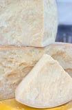 Grand fromage italien chevronné savoureux à vendre dans la laiterie Photographie stock libre de droits