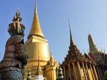 Grand géant à l'entrée de Wat Phra Kaew Photo libre de droits