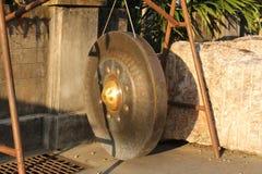 Grand gong d'or dans un temple de Buddist Phuket, Thaïlande Images stock