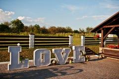 Grand grand mot AMOUR de lettre avec la lumière à l'intérieur à la cérémonie de mariage Photo stock