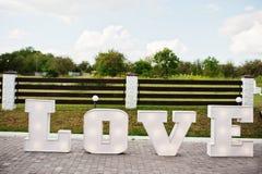 Grand grand mot AMOUR de lettre avec la lumière à l'intérieur à la cérémonie de mariage Photos stock