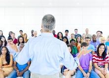 Grand groupe d'étudiants dans la chambre de conférence Photographie stock libre de droits