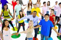 Grand groupe d'étudiants se reliant les uns avec les autres Photo libre de droits