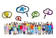 Grand groupe d'activités d'école multi-ethniques d'enfants images libres de droits