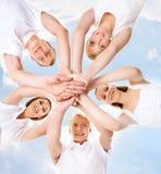 Grand groupe d'amis adolescents de sourire regardant l'appareil-photo Image libre de droits