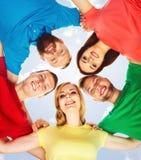Grand groupe d'amis de sourire restant ensemble et regardant c Photo stock