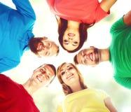 Grand groupe d'amis de sourire restant ensemble et regardant c Photographie stock libre de droits