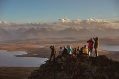 Grand groupe d'amis sur le dessus de montagnes Photographie stock