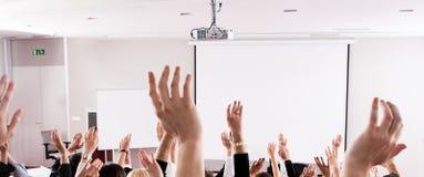 Grand groupe d'assistance de séminaire dans la chambre de classe Image libre de droits