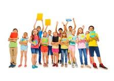 Grand groupe d'enfant d'école se tenant avec des carnets Photo stock