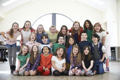 Grand groupe d'enfants appréciant l'atelier de drame ensemble photographie stock