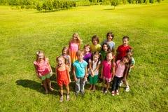 Grand groupe d'enfants sur la pelouse Photos libres de droits