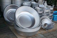 Grand groupe d'ustensiles en aluminium de cuisine de vintage Photo libre de droits