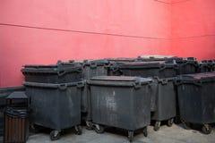 Grand groupe de chariot à poubelle photographie stock