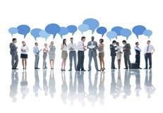 Grand groupe de gens d'affaires de se réunir Image stock