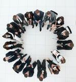 Grand groupe de gens d'affaires s'asseyant lors d'une réunion d'affaires Photographie stock libre de droits