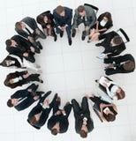 Grand groupe de gens d'affaires s'asseyant lors d'une réunion d'affaires Photos libres de droits