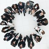 Grand groupe de gens d'affaires s'asseyant lors d'une réunion d'affaires Photos stock