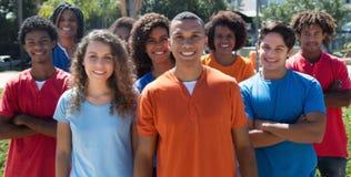 Grand groupe de jeune homme et de femme debout Photo libre de droits