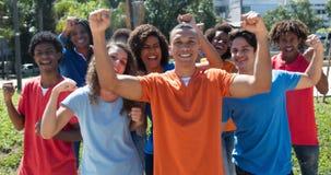 Grand groupe de jeune homme et de femme encourageants Photos libres de droits