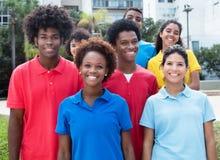 Grand groupe de jeunes adultes multi-ethniques heureux Images stock