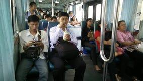 Grand groupe de personnes allant en autobus clips vidéos