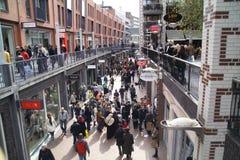 Grand groupe de personnes dans la rue de boutique Images libres de droits