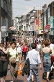 Grand groupe de personnes dans la rue de boutique Image stock