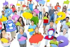 Grand groupe de personnes diverses tenant la bulle de vitesse image stock