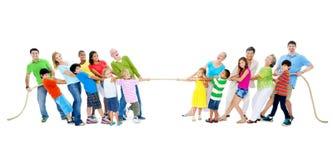 Grand groupe de personnes la corde de traction Image stock