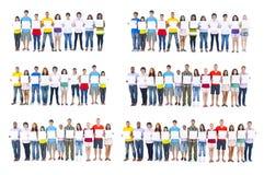 Grand groupe de personnes tenant le conseil image stock