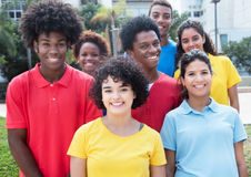 Grand groupe de rire de jeunes adultes multi-ethniques Images libres de droits