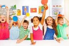 Grand groupe de sortes dans la classe de jardin d'enfants Image libre de droits