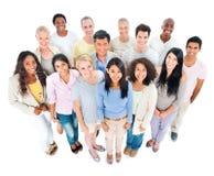 Grand groupe de sourire multi-ethnique de personnes Images stock