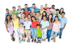 Grand groupe de sourire multi-ethnique de personnes Photographie stock libre de droits