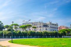 Grand H?tel et place avec la pelouse verte au centre de la ville touristique Rimini photo libre de droits