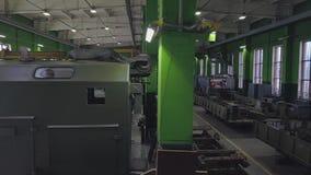 Grand hall de production d'entreprise militaro-industrielle Vue de l'intérieur banque de vidéos