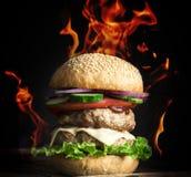 Grand hamburger avec deux côtelettes frites images libres de droits