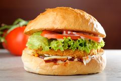 GRAND hamburger croustillant de poulet photo stock