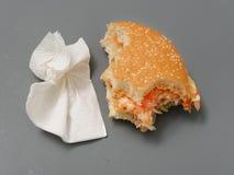Grand hamburger mordu avec du fromage et la tomate de côtelette sur un fond gris photographie stock