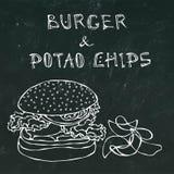 Grand hamburger ou cheeseburger, tasse de bière ou pinte et pommes chips Logo d'hamburger D'isolement sur un fond noir de tableau Photographie stock libre de droits
