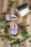 Grand hareng bouffi de morceau et oignon vert sur le conseil Photo stock