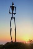 Grand homme à la sculpture par la mer Photos libres de droits