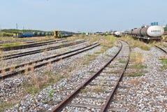 Grand horizontal de yard ferroviaire avec le train du côté droit Images stock