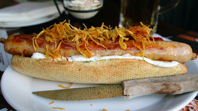 Grand hot-dog grillé, fond foncé Photo stock
