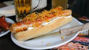 Grand hot-dog grillé, fond foncé Image libre de droits