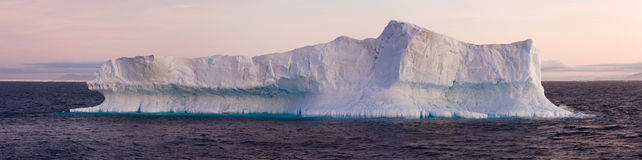 Grand iceberg flottant en mer Photo libre de droits